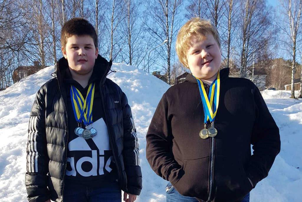 Sebastian Svensson simmade hem hela sex medaljer, varav fyra silver och två brons och Magne Tjärnlund knep två brons. Foto: Privat