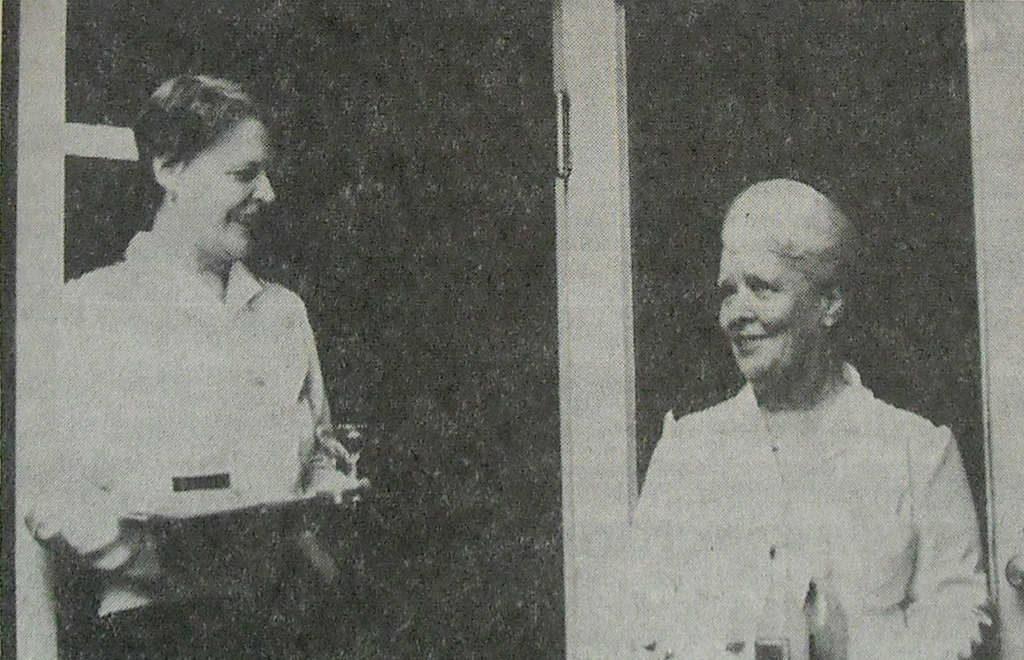 Servitriserna Ebba Kristensson, till vänster, och Ingeborg Dahlin som de presenterades i Peter Kadhammars porträtt i Tidningen Härjedalen. Ett utomordentligt skickligt porträtt av Ebba och Ingeborgs flera decenniers restaurangarbete. Ingeborg i 35 år och Ebba i 17 år. Tidningen Härjedalen den 6 december 1979, finns att läsa på biblioteket i Medborgarhuset.