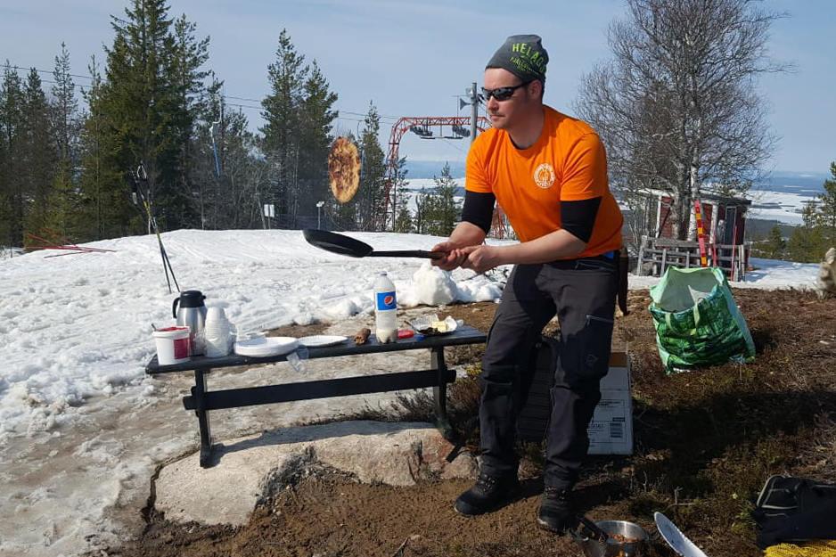 Björnberget Alpinas ordförande Pasi Lamminniemi vet hur en kolbulle skall stekas. Foto: Magnus Henningsson