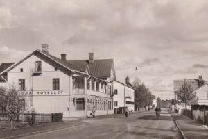 """Stora Hotellet från 1940-talet (vykort daterat 1949) intill Fjällvägen med rådande vänstertrafik. Granne med intilliggande Turisthotellet från 1942 som drevs av ägarinnan Karin Hoflin, mamma till Sten-Olof """"Lullen"""" Hoflin, Bruksvallarna/Sveg. Fastighet som under 70-talet hette """"Stekhuset Mysoxen"""". Fastigheten byggdes senare 1985 samman med Hotell Mysoxen. Foto: privat"""
