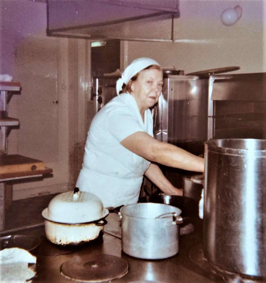 Vera Jönsson (1908-1998) kokerska på Stora Hotellet som varje arbetsdag i all slags väder cyklade på sin gröna Monark tur och retur Äggen-Sveg. Delade hjärtligen med sig av kokonstens lilla bibel, gedigen kunskap som hon förvärvat under många år i hotellets kök. Foto: privat