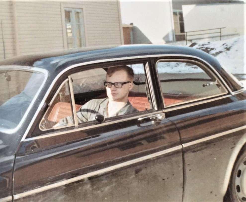 Kerstins bror Lasse (1945-2001) i sin Volvo Amazon från 1967 som han var mycket stolt över. Imponerade säkert också på brudarna längs svegsgatorna. Arbetade senare i livet vid Sjöfartsverket i Stockholm. Foto: Privat