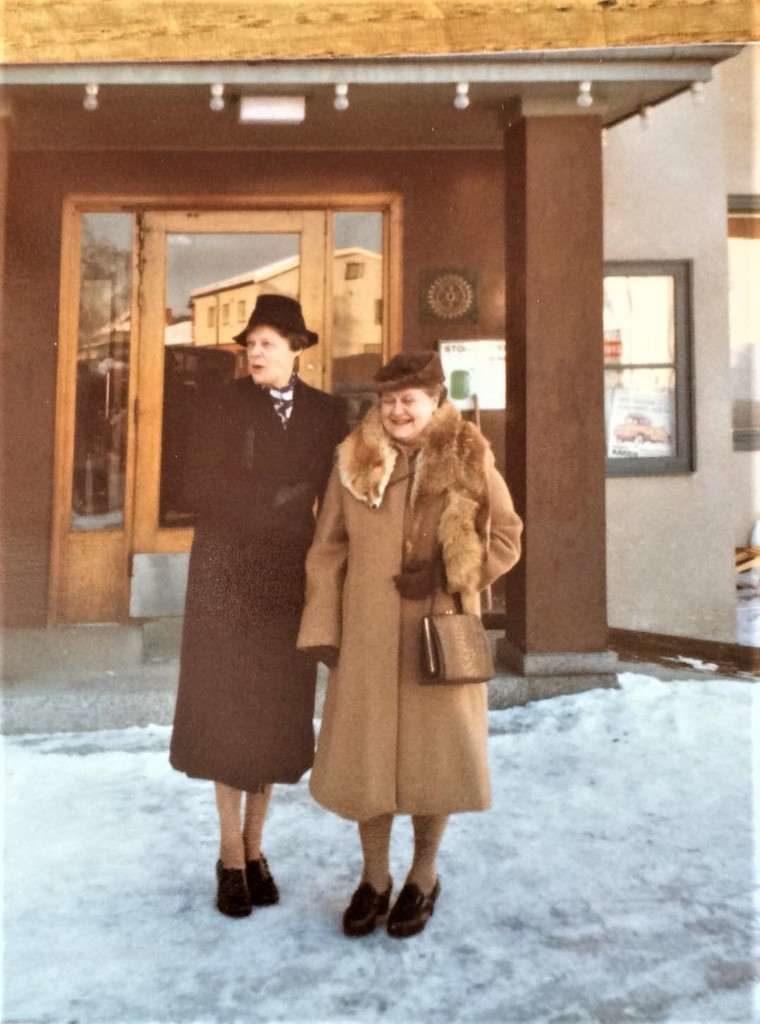 """Ebba Kristensson till vänster, servitris på Stora Hotellet från Klövsjö, här med Gunnel Johansson uppklädda som statister i inspelningen av tv-serien """"Katitzi"""" 1979 efter de populära barn- och ungdomsböckerna av Katarina Taikon (1932-1995). På Stora Hotellet bodde skådespelarna, en imponerande rollista med bland andra Monica Zetterlund, Janne """"Loffe"""" Carlsson, Christina Scholin och Kjell Bergqvist. Den lilla romska flickan Katitzi spelades av 10-åriga Sema Sari. Foto: privat"""