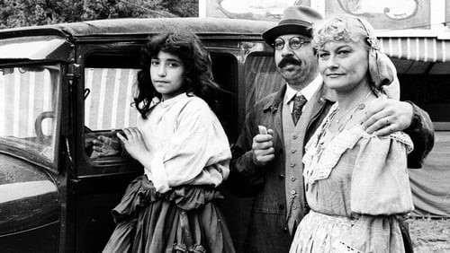 """Monica Zetterlund och Janne """"Loffe"""" Carlsson med Sema Sari som spelade """"Katitzi"""" i tv-serien från 1979. Foto: Skärmklipp från tv-serien"""