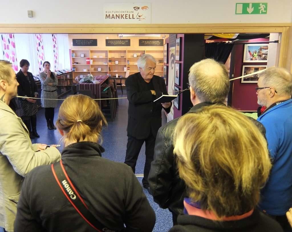 Henning Mankell (1948-2015) på plats i Svegs bibliotek vid invigningen av Kulturcentrum Mankell i Medborgarhuset den 26 maj 2015. I det Sveg som han kom inte mycket mer än ett år gammal (1949) och lämnade i tonåren. Har en gång sagt att Sveg var en väldigt fin uppväxtmiljö som kom att prägla hans liv, de mest danande åren i en människas liv. Och att hans sedermera resa och boende i Afrika började redan i unga år i Sveg i samband med islossningen i Ljusnan. Tyckte sig se krokodiler som i verkligheten var timmerstockar som flottades och Ulvkälla som låg på andra sidan Ljusnan, det var för Afrika. Hans böcker har sålts i över 40 miljoner exemplar och finns översatta till 40 språk. Foto: Mats Haldosén