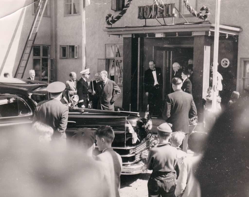 Kungligt besök på Stora Hotellet den 21 juni 1952. Folkkäre Gustav VI Adolf (farfar till nuvarande Konungen) som efter firandet på Gammelgården bjöds på helstekt öring och härjedalshjortron med grädde. Stärkt av dessa läckerheter från landskapet ställdes färden vidare till ålderdomshemmet i Nilsvallen för en längre stund av samtal med de äldre. Efter det en titt på den vackra utsikten från toppen av Ytterberg. Foto: Gammelgårdens fotosamlingar