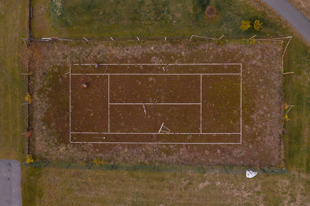 Tennisbanan i Sveg som under senare år gått i träda skall nu få nytt liv. Bilden är från oktober 2018. Foto: Morgan Grip