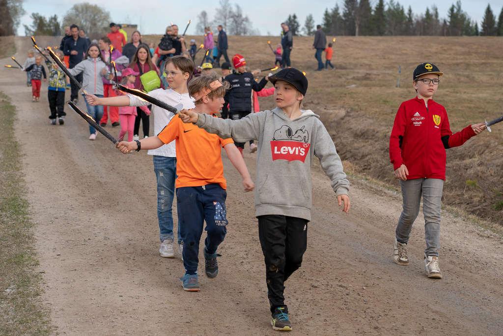 I Ytterberg tände barnen majbrasan med facklor. Foto: Morgan Grip
