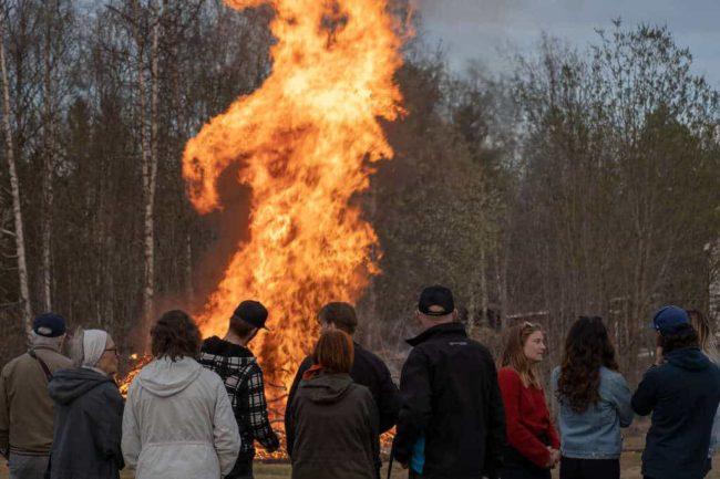 Sköna maj hälsades välkommen med eldar, tal och sång