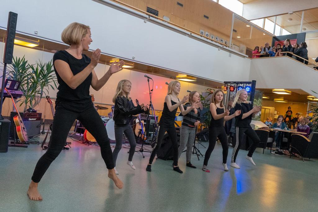 """Korpens dansgrupp för barn i Lillhärdal med Ellen Weinemacher som ledare inledde kulturkvällen med en dansuppvisning på temat """"Låt känslorna styra dansen"""". Foto: Morgan Grip"""