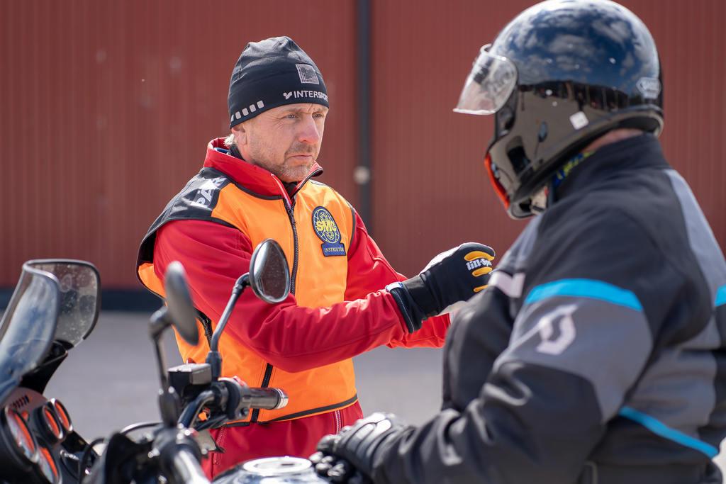 – Det finns all anledning att bland annat träna på balans och konsten att bromsa på ett bra sätt, säger instruktör Per Nilsson från SMC Jämtland, som var en av SMC:s instruktörer på plats i Sveg under söndagen. Foto: Morgan Grip