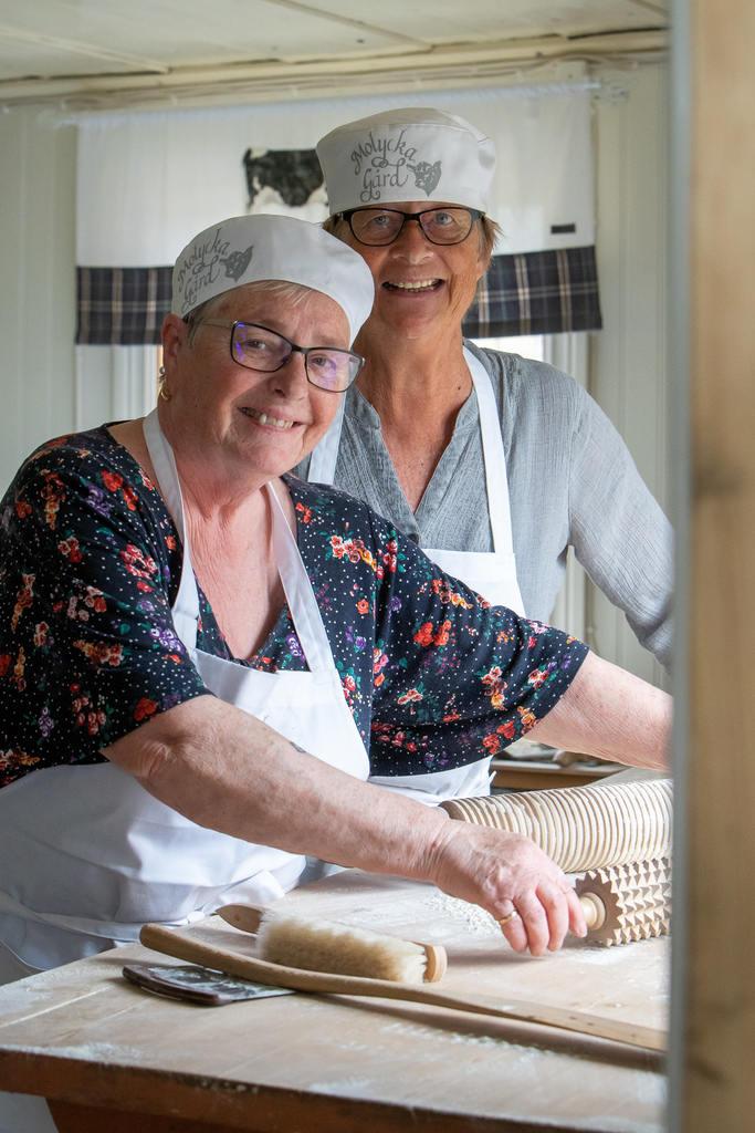 I bagarstugan bakade Anna-Lena Byhed och Elsie Holmberg tunnbröd så det stod härliga till. Foto: Morgan Grip