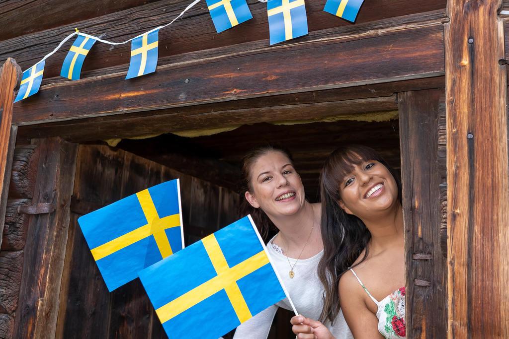 Anna Engelmark af Winklerfelt och Emilia Holmin, glada nationaldagsfirare som serverade flötgröt. Foto: Morgan Grip