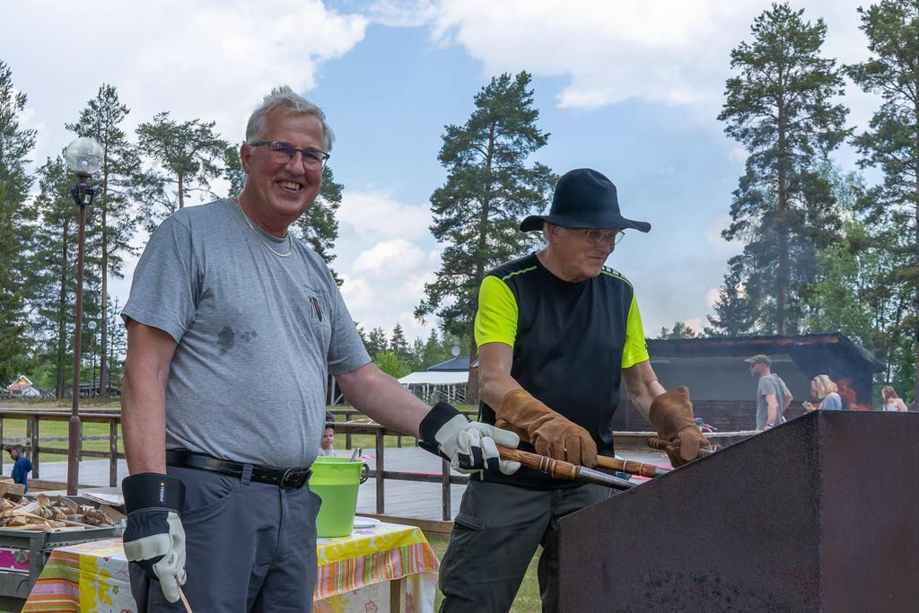 John-Erik Frödin och Staffan Söder stekte kolbullar i värmen. Foto: Vincent Grip