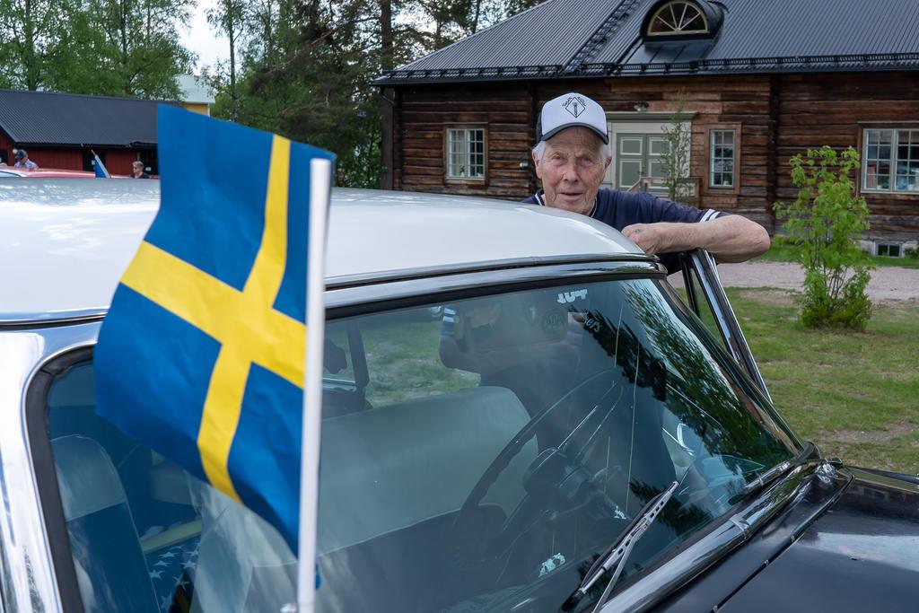 Lasse Lind hade hissat flaggan på sin Ford Crestline Victoria från 1953. Foto: Morgan Grip