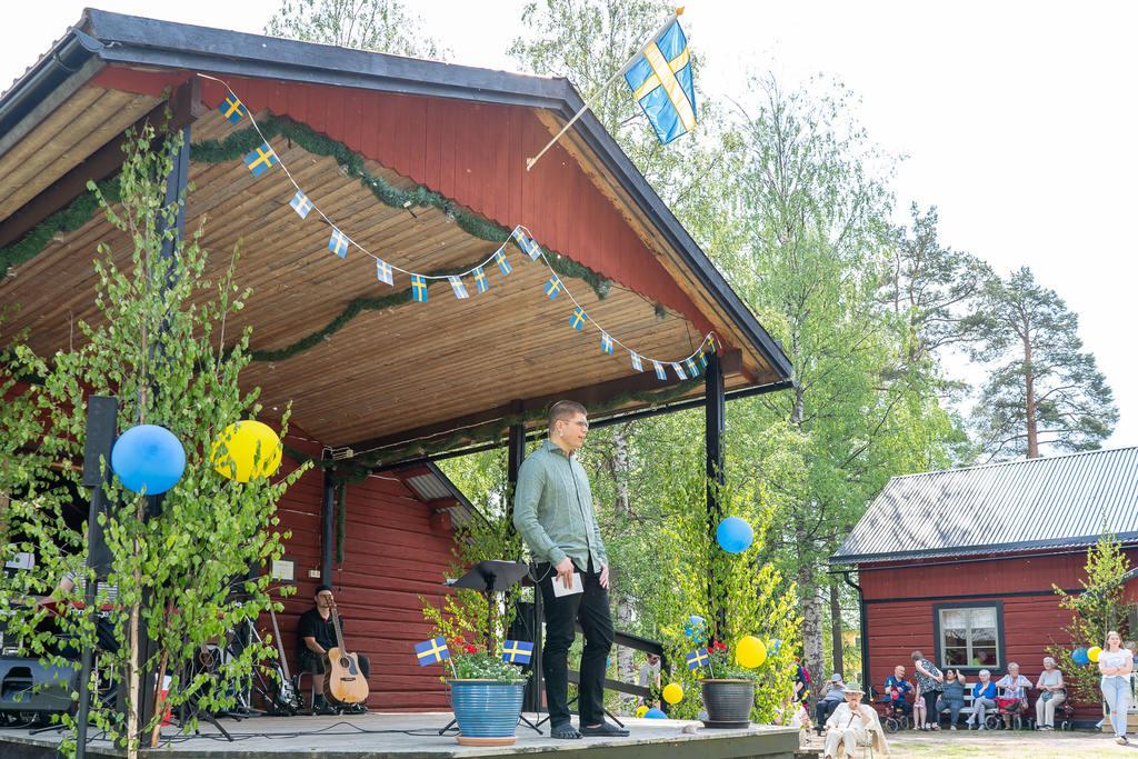 Härjedalens vice kommunalråd Lars-Gunnar Nordlander hälsade välkommen till nationaldagsfirandet på Gammelgården i Sveg. Foto: Morgan Grip