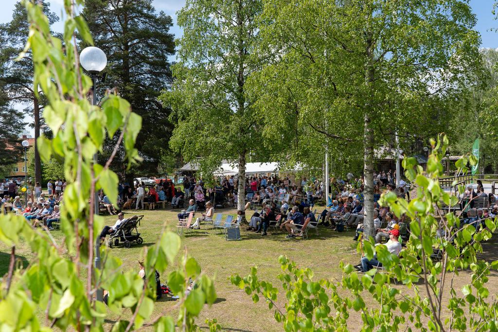 Uppskattningsvis över 400 personer firade Sveriges nationaldag på Gammelgården i Sveg. Foto: Morgan Grip