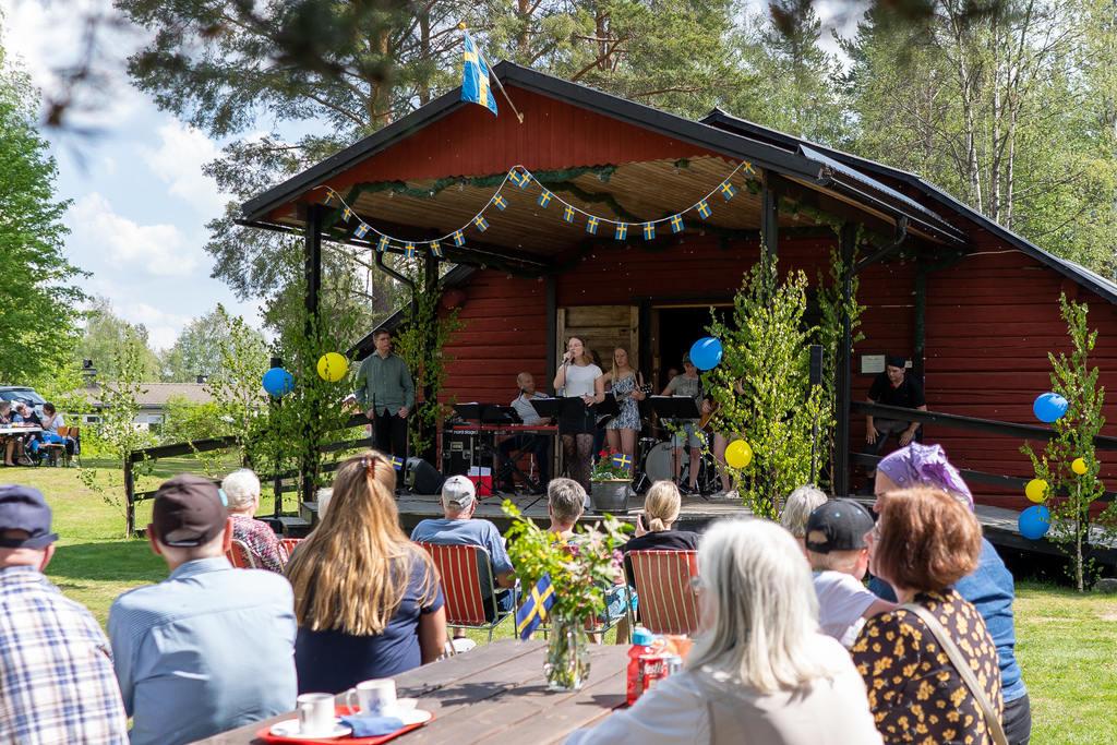 Kulturskolan bjöd på sång och musik under ledning av musikläraren Erik Andersson. Foto: Morgan Grip