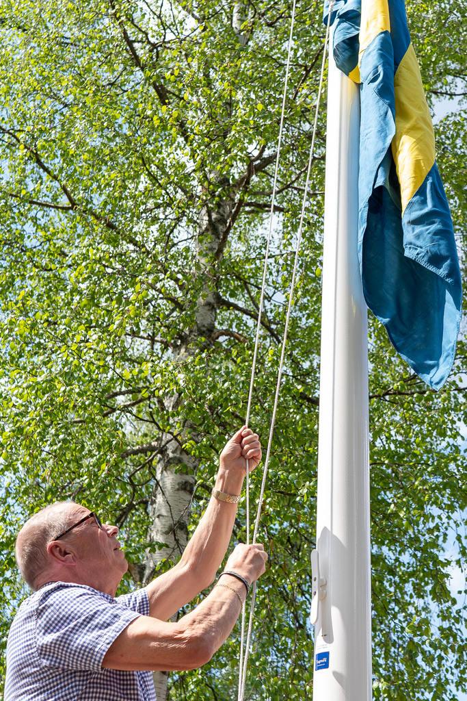 Hembygdsföreningens kassör Kalle Grängzell hissade flaggan. Foto: Morgan Grip