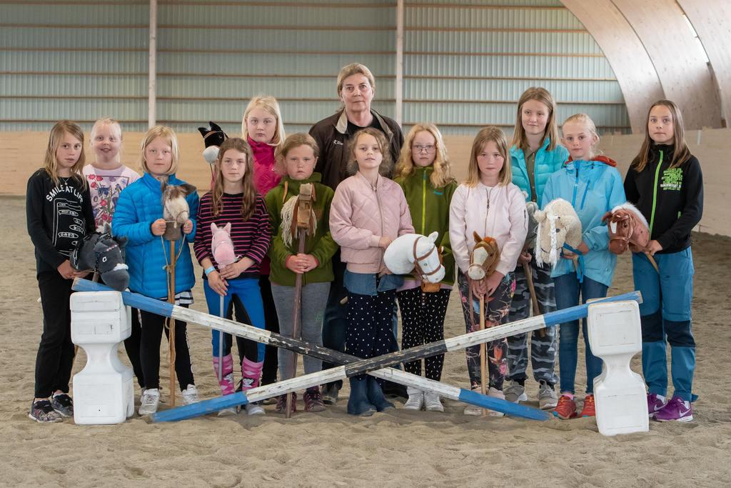 Tolv tjejer i olika åldrar från hela Härjedalen, hade kommit för att testa och de hade en rolig stund tillsammans med käpphästarna. Foto: Morgan Grip