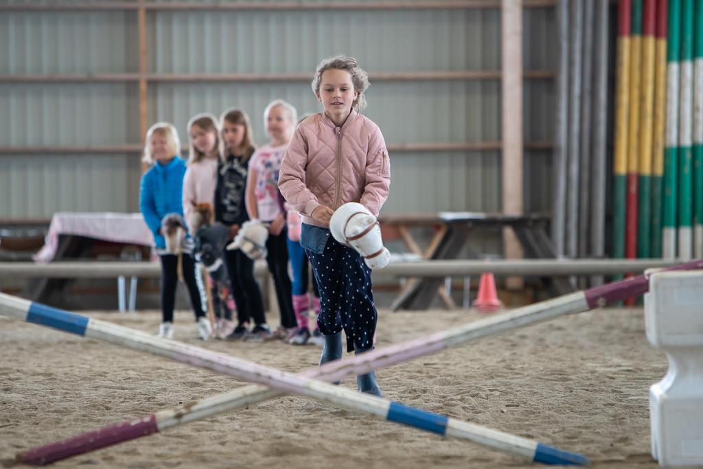 Hos Svegs Ryttarförening kunde man under torsdagen prova på käpphästhoppning, en trend som växer sig allt större i hela landet. Foto: Morgan Grip