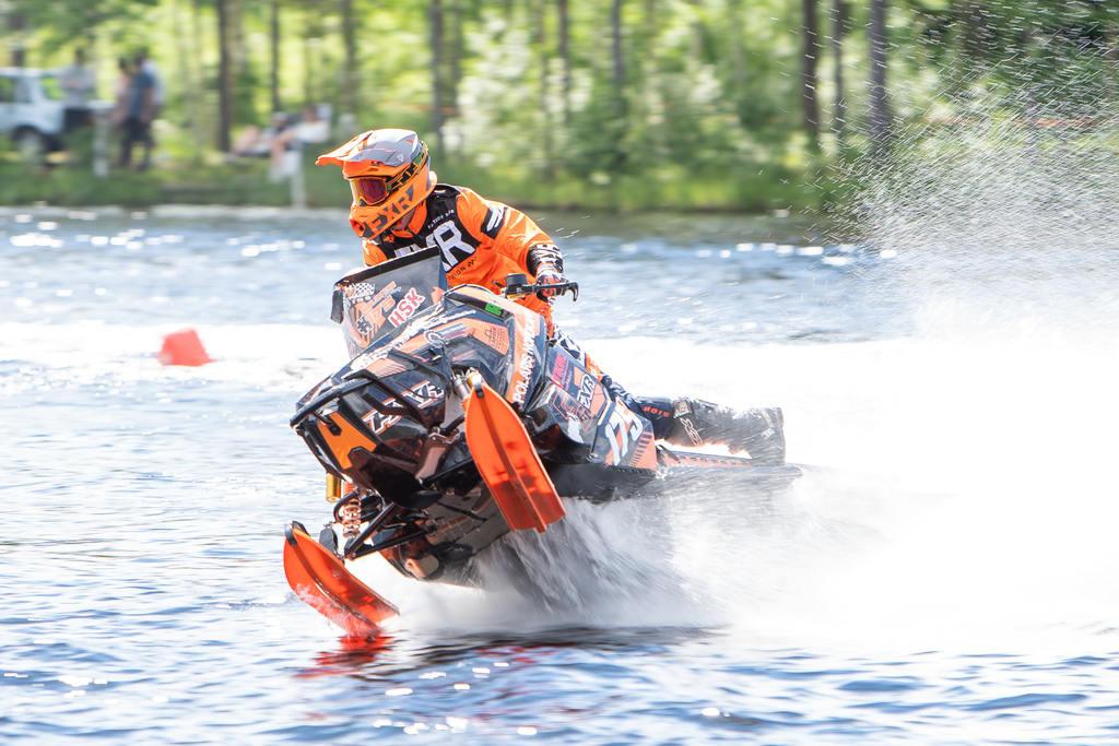 Det blev norsk seger i form av Joachim Olsen från Olsen Racing, när watercrosstävlingen Midsommarracet avgjordes på Ljusnans vatten i Sveg under helgen. Foto: Morgan Grip