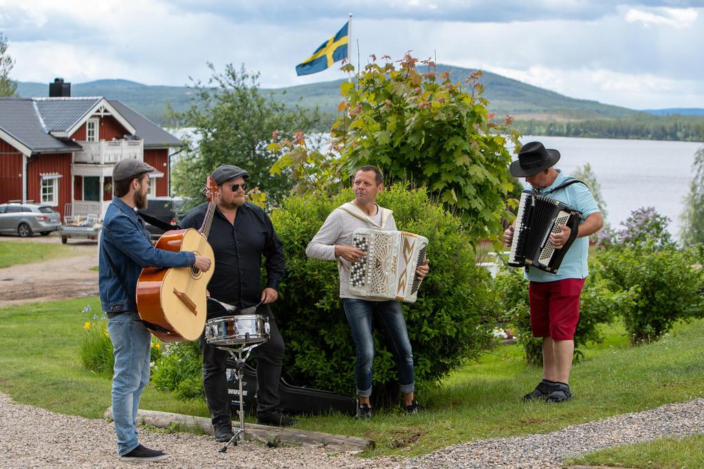 Här är det Mattias Nilsson, Thomas Pedersen, Mikael Jonasson och Jens Thomasson som underhåller i busken. Foto: Morgan Grip