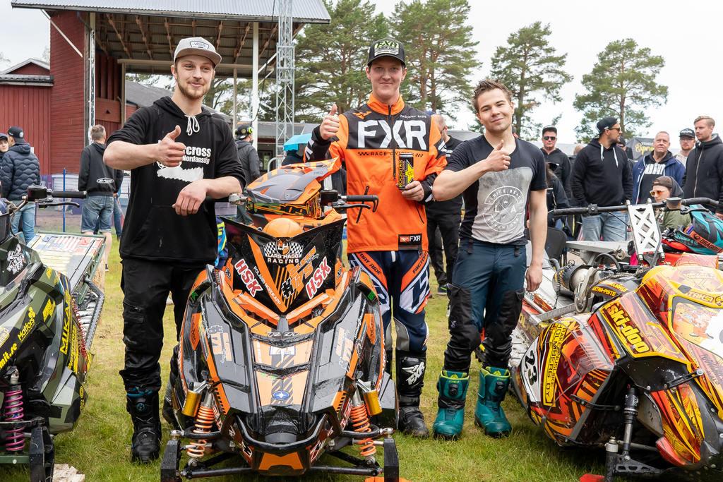 Segraren i Midsommarracet 2019 Joachim Olsen flankeras här av tvåan Aki Pesonen till höger och trean Oskar Jernberg till vänster. Foto: Morgan Grip