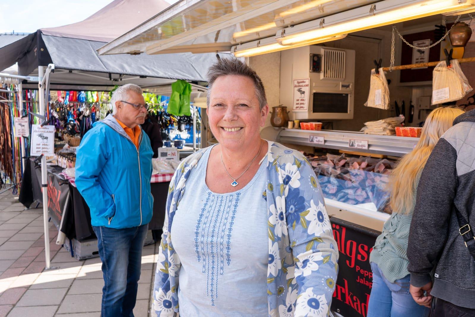 – Marknad är kul på sommaren, det hör till. Det är synd att det är så lite knallar här, men jag har köpt ost av holländarna. Det gör jag varje år, det är tradition, säger Lotta Eriksson från Remmet, utanför Sveg. Foto: Morgan Grip