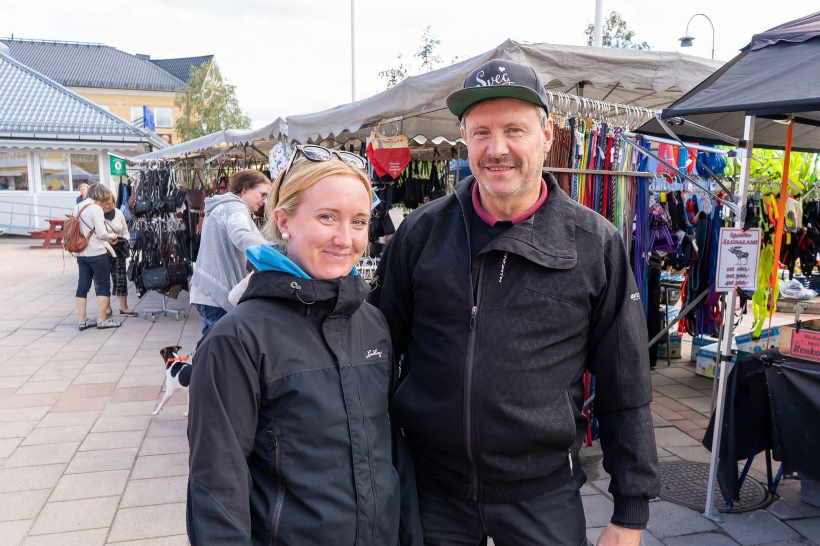 Nathalie Liljedahl och Mikael Larsson, marknadsansvariga för årets sommarmarknader i Sveg, hoppas att fler marknadsknallar hittar till Sveg i sommar. Foto: Morgan Grip