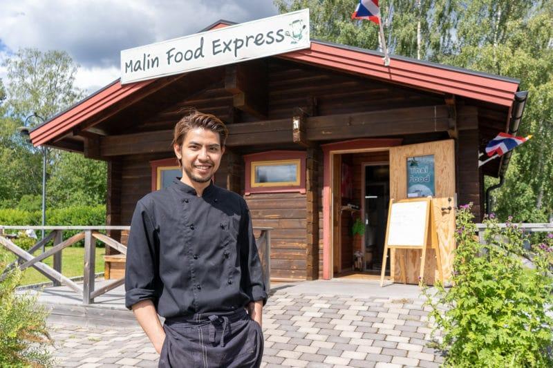 – Nu kan gästerna sitta inomhus och äta hos oss. Det är många som önskat det, speciellt på vintern, berättar Max Svensson som driver Malin Food Express tillsammans med sambon Thanyamai. Foto: Morgan Grip