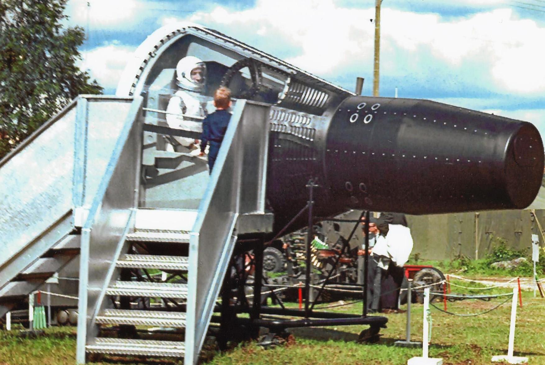 Gemini 7 på plats på prästtäkten i Sveg, Härjedalens hittills största utställning Härjedalen visar den 9-17 juli 1966. På fotot ses unge Dag Jansson ta en närmare titt på astronauten och dennes rymdfarkost. Foto: Pappa Bo Jansson