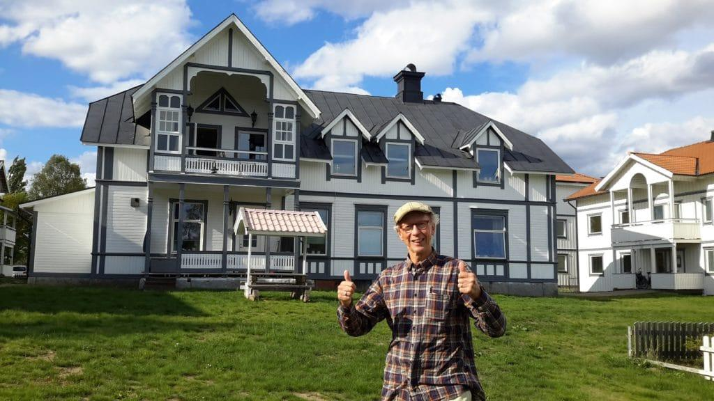 Nils-Olof Bromée vid ett av återkommande besök i Sveg som han håller kär, hembygden med all dess kompisar, människor och roliga händelser under uppväxttiden. Här nedan hemgården, Bromées hus, som idag ägs av Svegs Hus AB. Foto: privat
