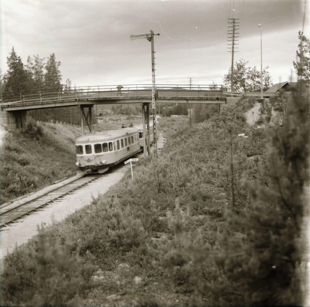 Rälsbuss på väg upp till Östersund vid viadukten invid bostadsområdet Jerusalem. Året är 1959. Foto: Mats Widén