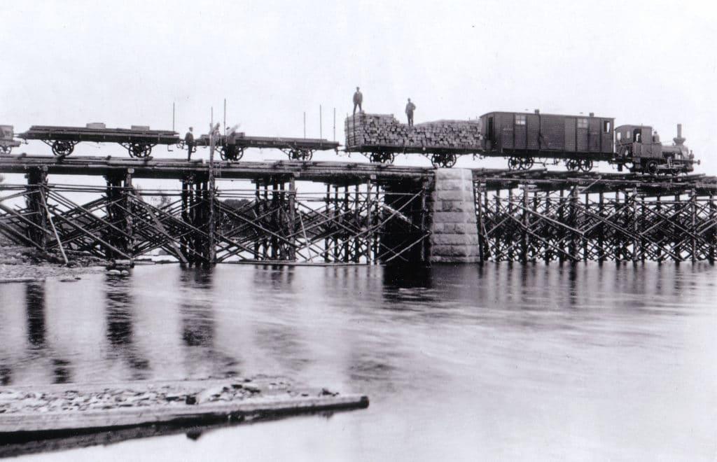 Anläggandet av järnvägsbron 1908-1909. Sista etappen av järnvägsbygget innan man nådde fram till stationen i Sveg. Dessförinnan var sista stoppet vid Bäckedal. Foto: Privat