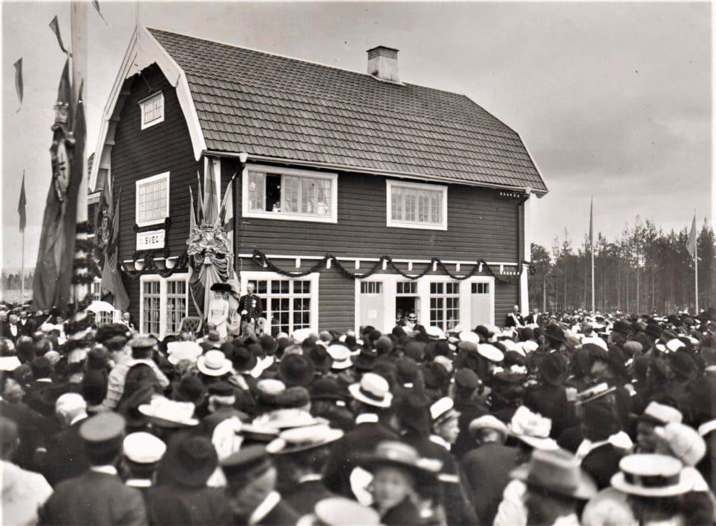 Orsa-Herjeådalens järnväg (OHJ) invigs den 9 juli 1909 av Konung Gustaf V med många församlade på plats vid järnvägsstationen. En stor dag för Härjedalen på många vis. Nu skulle kommunikationerna med andra orter äntligen bringa näring och kontakt med omvärlden. Den 1 januari 1919 förstatligades järnvägen som den kom att vara fram till 1993 då Inlandsbanan AB tog över verksamheten. Foto: Privat
