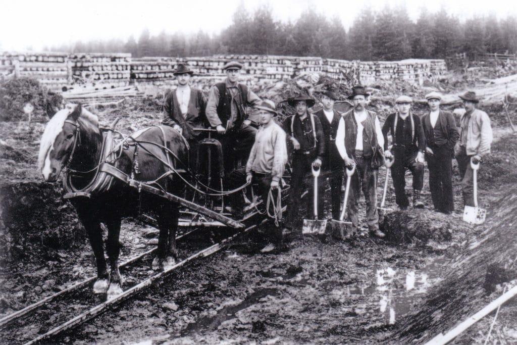 Rallarlag vid järnvägsbygget med en arbetsdag på nio timmar och en timlön à 40 öre som var dåligt betalt. Tufft värre. Foto: Privat