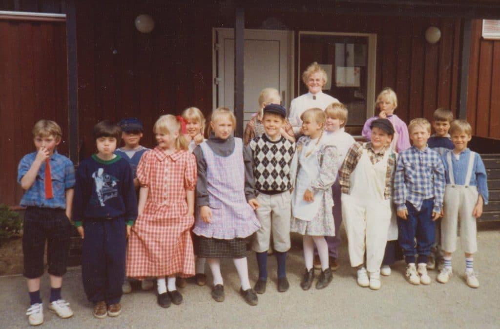 Underbart foto med elever iklädda skolklädsel från förr i tiden under ledning av Gunhild Persson, lågstadielärare, för att få en uppfattning om att det inte alltid sett ut som idag. Foto: Mart-Marie Nilsson