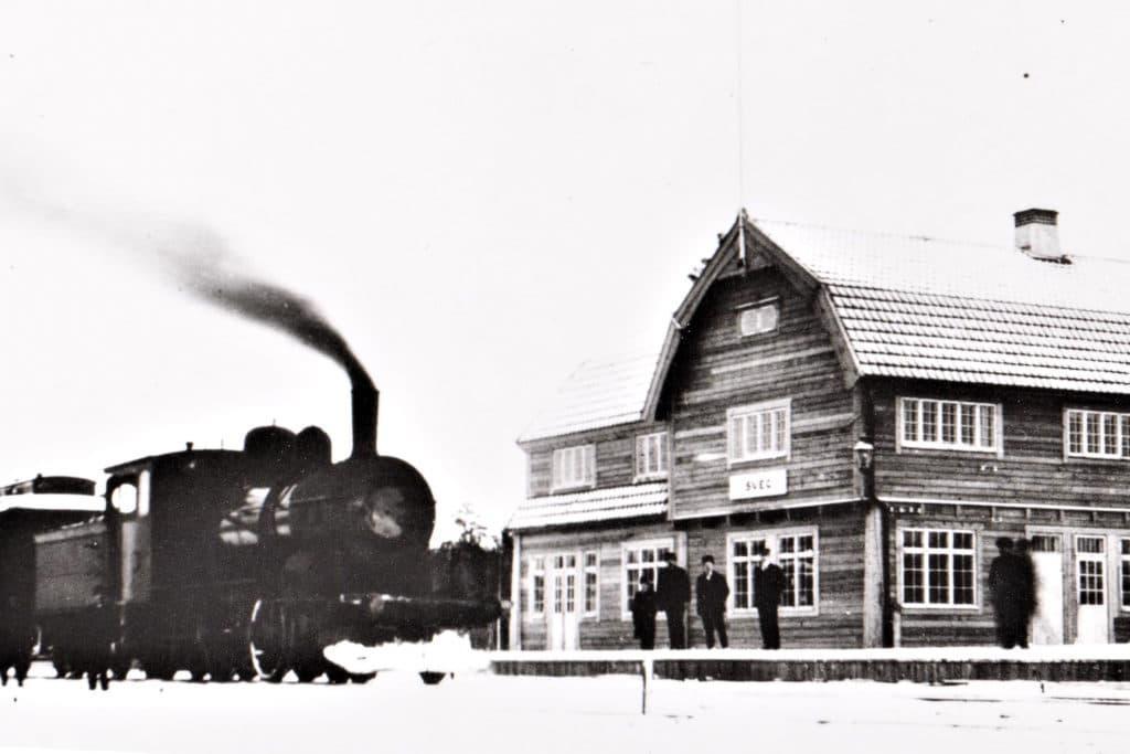 Svegs järnvägsstation med persontåg.