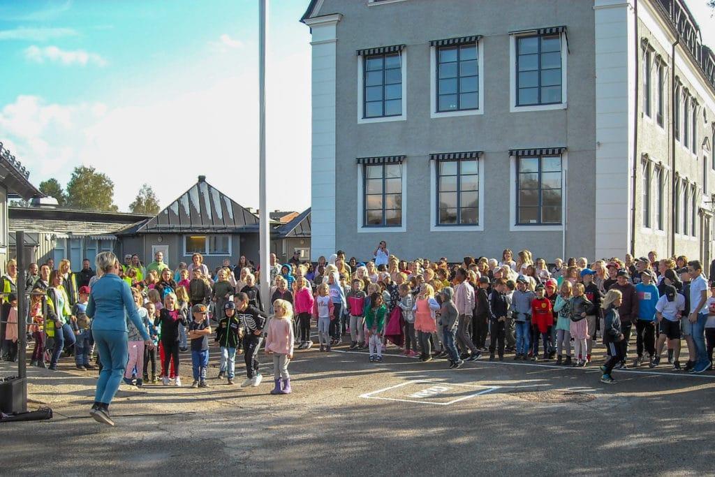 Full fart, hålligång från första start med rektor Maria-Hallstensson-Wagenius som fick elever, lärare och föräldrar på plats att hänga med i de fartfyllda danserna i ett för dagen vackert väder. Högtryck på många vis. Foto: Mats Haldosén