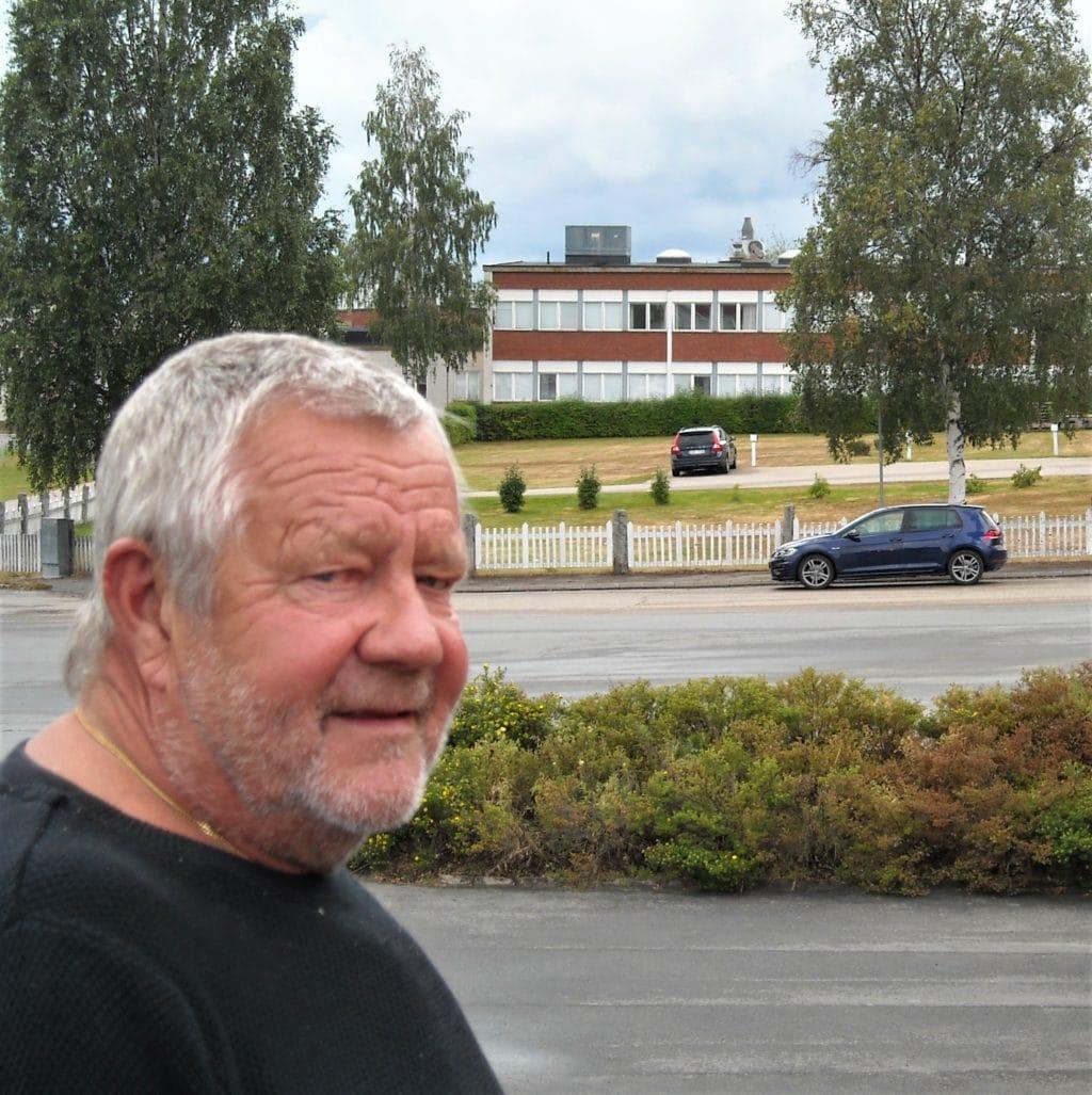 Tommy Karlsson, 72 år, som började första klass vid Svegs Folkskola (Norra Skolan) 1954. Hade lyckan att ha två lärarinnor med kunskapsförmedling som prioriterat. Manda Olsson och Rut Prestjan. Färdigheter han senare i livet har haft nytta av. Foto: Mats Haldosén