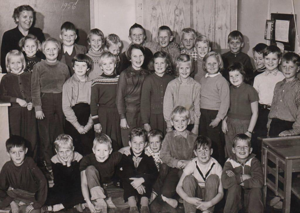 Tredje klass 1956 med klassföreståndare Rut Prestjan, sammanslagning av två klasser fram till årskurs 6. Övre raden från vänster: Annelie Proos, Ylva Lindgren, Ulla Stener, Urban Hultgren, Margareta Wallén, Lars Nordström, Tore Wiberg, Jan Löfblad, Christer Söderqvist, Bosse Lindberg, Ulf Nordin, Håkan Lindberg, Bengt Larsson och Härje Dahl. Mellanraden med sju elever i rad från vänster: Siv Hammarström med knäppta händer, Inga-Britt Tagesson, Eva Maria Tallberg, Margareta Wiberg, Anna Lena Hamrén, Sara Halvarsson och Siv Johansson. Nedre raden från vänster: Henning Mankell, Anders Wahlberg, Nils-Olof Bromée, Christer Thornvigg, Tommy Karlsson, Gunnar Hedberg, Tommy Lund och längst till höger en elev med förnamnet Lennart som gick i klassen en kort tid. Foto: privat