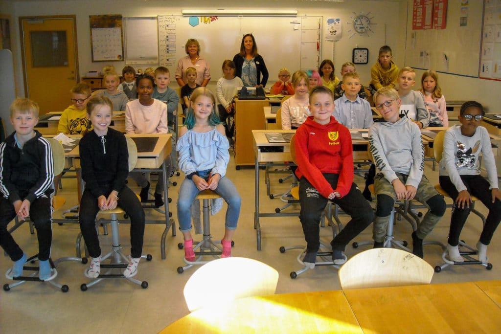 Elever i klass 3a som gladdes åt ha fått helt nya bänkar och stolar. Kan inte bli bättre och på frågan om vad som är bäst med skolstart blev svaren: träffa alla kompisar, lunch, nationella prov, sy- och träslöjd och ny rutschkana samt höstens tema Forntid med bussresa till hällmålningarna i Funäsfjällen. Lärare i klasserna 3a och 3b är Ewa Klockervold, Eva Andersson, Gunila Engström-Jonsson och fritidspedagog Emma Karlgren-Grindborg. Foto: Mats Haldosén