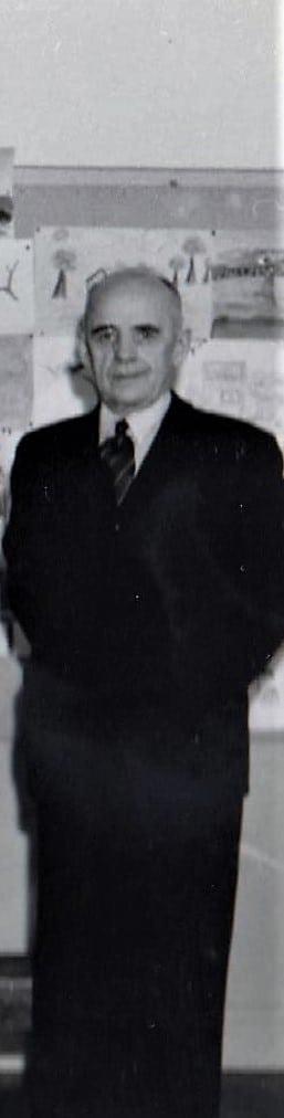 """Folkskollärare Karl """"Kalle"""" Holmberg (1895-1962) som förutom att vara klasslärare ledde gymnastiklektionerna. När man talar om ordning och uppförande går det inte att komma förbi Kalle Holmberg som var en ordningens man på skolan, från 1920-tal till och med 1950-tal. För Kalle var det viktigt med förmedlande av kunskap och lydiga elever som vid sidan av läraryrket var en hängiven utrikesresenär för att lära om andra länder och kulturer. Foto: privat"""