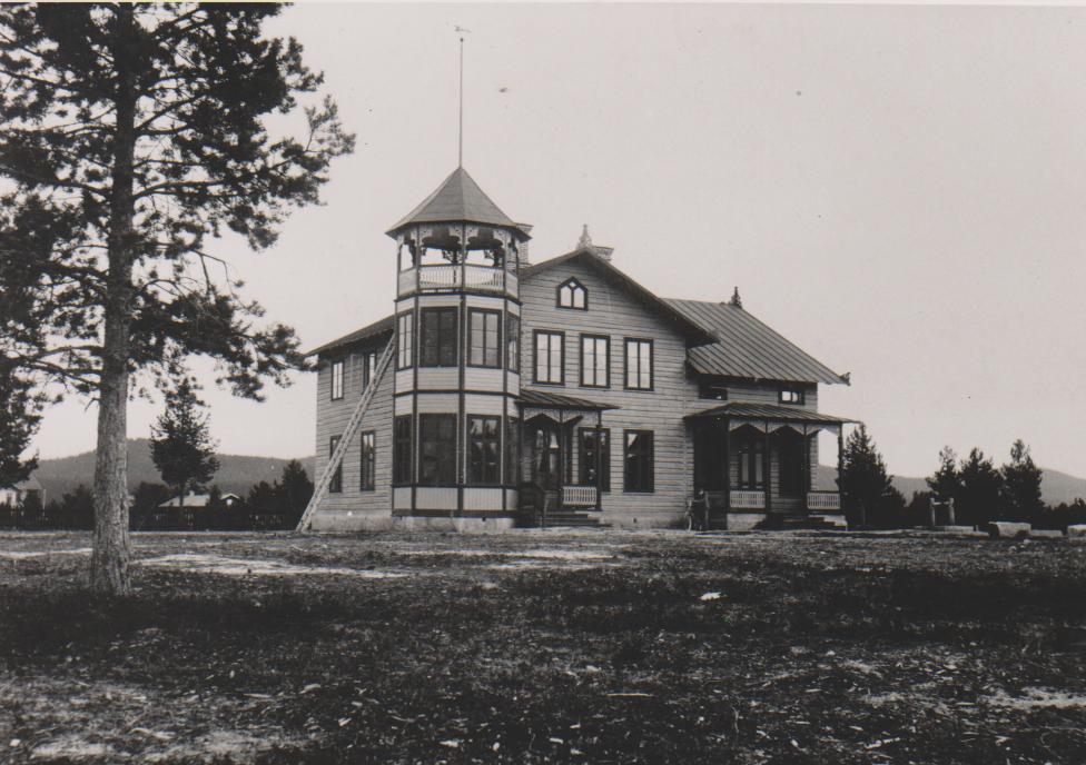 Arkitektoniskt vacker byggnad, den så kallade Storskolan med årskurserna 3-6 som låg på platsen mellan nuvarande HSB Dalagatan 10 och så kallade Punkthuset. Byggdes 1898 och togs i bruk vårterminen 1899 fram till dess Svegs Folkskola tog över undervisningen 1928. Här fanns en överlärare i Anders Fredrik Almström (1872-1941) och lärarkollega Gottfrid Tånge som sedermera 1933 förordnades som överlärare vid Svegs Folkskola (Norra Skolan). Huset revs 1960. Foto: privat