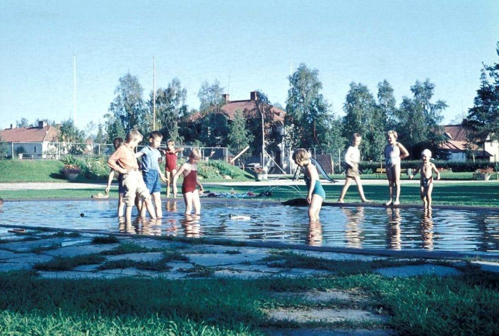 Populära plaskdammen vid lekparken som det under varma dagar var skönt att svalka och roa sig i. Foto: Bo Jansson