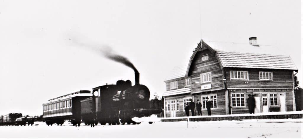 Svegs järnvägsstation i sin linda, här med persontåg redo att avgå till Orsa. En järnvägssträcka som invigdes den 9 juli 1909 av Konung Gustav V i sällskap med Drottning Victoria. Foto: Privat