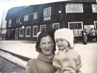 Aina Hansson på besök med dottern Birgitta, 1,5 år, född 1950, för att hälsa på maken Hans som tjänstgjorde inne på stationen. Foto: Privat