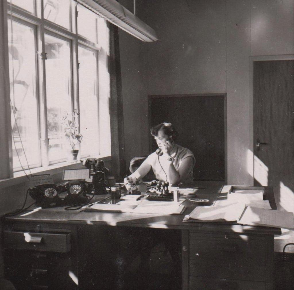 Lillan Hansson, kontorist vid SJ-stationen i Sveg med all den logistik/organisation som stationen omfattades av. På den här tiden anlände och avgick flera tåg varje dag. Sveg-Hede, Sveg-Mora och Sveg-Östersund. Lillan började vid stationen 1950, kommen från Viksjöfors i Hälsingland, som 1953 bringade artikelförfattaren till världen och 1956 lillebror Lars-Arne. Foto: Privat
