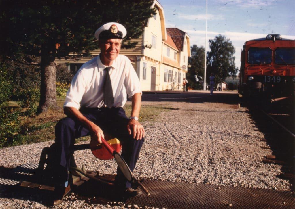 """Olle Hansson (1924-1994) som tjänstgjorde vid SJ i Sveg i 44 år fram till pensioneringen 1987. Foto: Per Klaesson, Svenska Turistföreningens tidskrift """"Turist"""" 3/1984."""